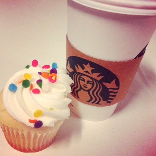#cupcakes #starfucks #coffee #secondbreakfast 🍰☕