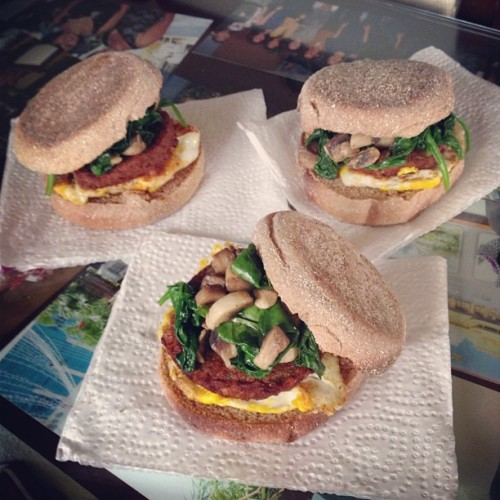 Whole wheat English muffin, egg, veggie sausage, mushroom, and spinach. Wake up family, breakfast is served ⛅