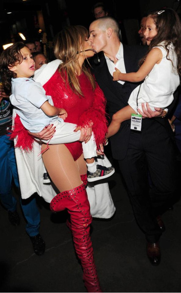 Jennifer Lopez greeting Casper + herkids after her performance atthe 2013 Billbaord Music Awards.