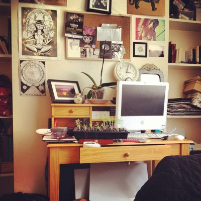 Homebly. #interiors #home #workspace #art #posters