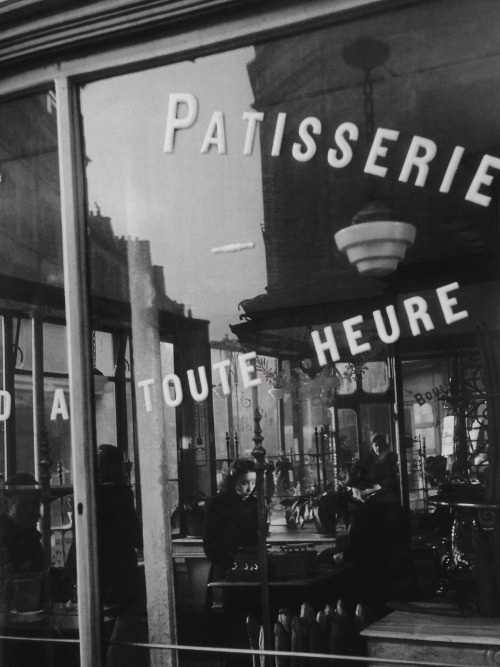 greeneyes55:  Paris 1948  Photo: Willy Ronis