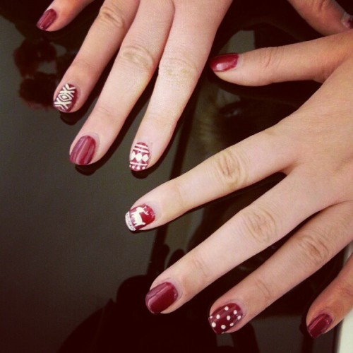 evachen212:  another day, another manicure: @sharon1231's super cute holiday gel manicure  Pretty :o
