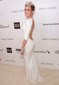 about-to-blow:  liguid:  alahale:  she looks elegant  mileyy  why so fucking perfect?