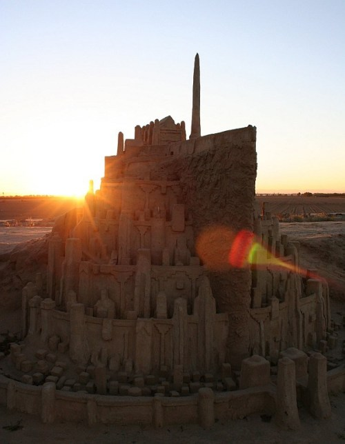 This awesome sand sculpture of Minas Tirith, capital of the mighty kingdom of Gondor, was created by Joseph Alvernaz, aka DeviantARTist Buckaroojoe. [via Geeks Are Sexy]