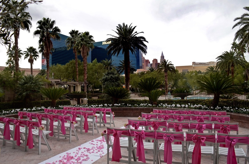 Have you always envisioned your wedding outdoors surrounded by the warmth of the sun, the beauty of the flowers, and the open air blowing softly in the background, as you embark upon the beginning of your future? Our outdoor Terraza is a cozy patio that can accommodate 100 of your closest friends and family.