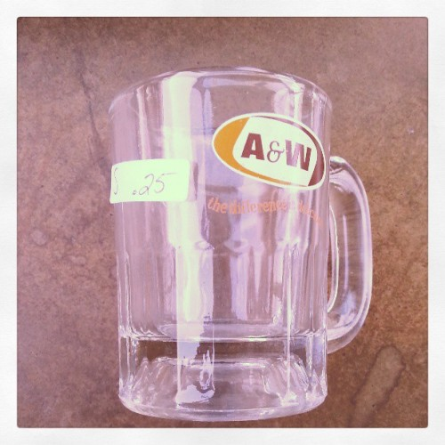 I scored a vintage A&W mug at a garage sale! I am thinking it will make a sweet maté… viva la #yerbamate