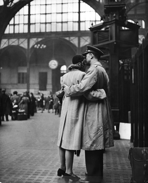 life:  The heartache of wartime farewells… (Alfred Eisenstaedt—Time & Life Pictures/Getty Images)