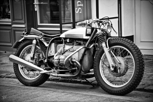 holdfastmotors:  megadeluxe:  Low BMW R60/5 custom  Now thats a sexy ass bmw, never seen one done this way. Any more info on this bike would be awesome!