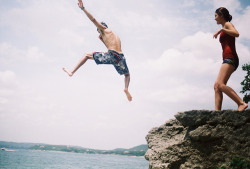 melepeta:  cliff jumping by victoriahhhh on Flickr.