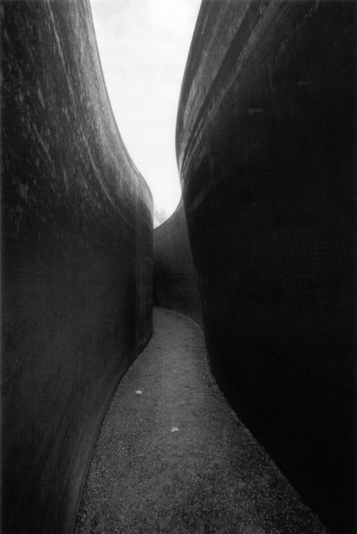 repetitionofhistory:  Inside Richard Serra's Serpentine