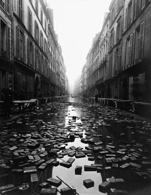 spoookyscary:  The Paris Library floods [1910]