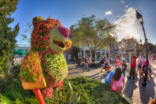 disneyfreak94:  Epcot - Give Him A Hug by SpreadTheMagic on Flickr.