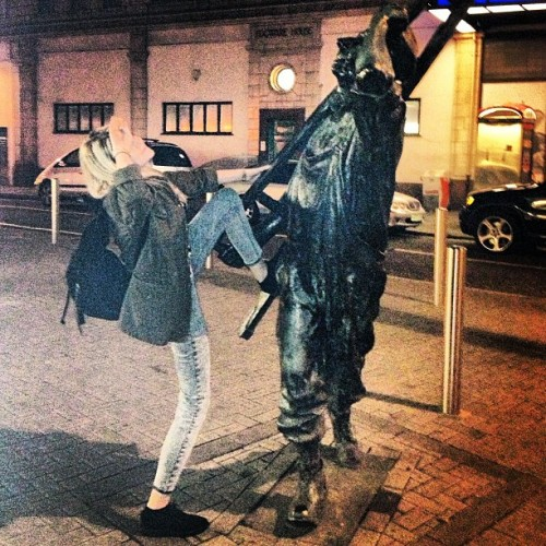 Ready for bed! #statue #edgware #edgwareroad #london #whatisthis #thing #straddle #the #man #bend #leg #snap #night
