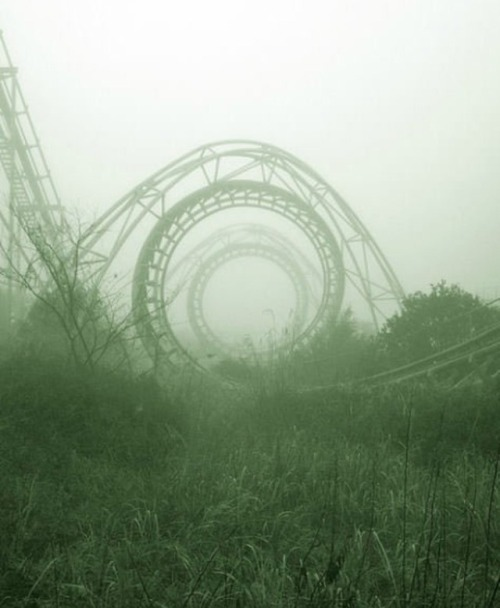 cybuggin:  niightwing:  motionburnsthemood:  Abandoned Amusement Park in New Orleans   This is our old Six Flags I think? It was ruined after hurricane Katrina and they never bothered to restore it so they're either gonna sell it for scrap metal or use it for movie sets.