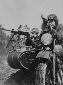 opacasilentianoctis:  Soldiers of the motorcycle division of the Red Army on the motorcycle TIZ AM-600 mounted with a machine gun cradle DP-27 in July 1941.