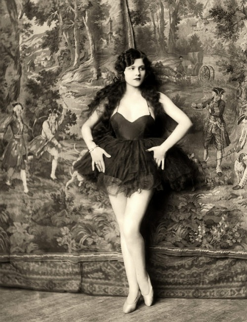 Ziegfeld girl Naomi Johnson - c. 1920's Photo by Alfred Cheney Johnston