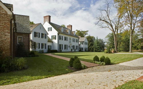 Bright, breezy, and elegant - the archetypal gracious American farmhouse. You could practically imagine Thomas Jefferson striding on through. thehandbookauthority:  from Neumann Lewis Buchanan