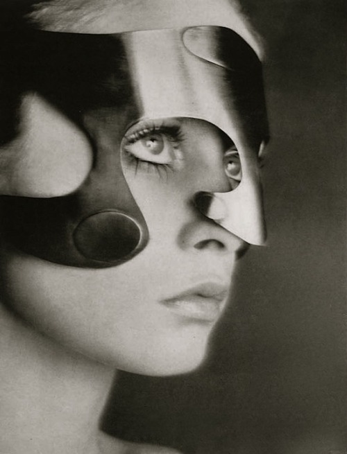 lauramcphee:  Twiggy wearing mask by Emanuel Engaro, Vogue, 1968 (Richard Avedon)