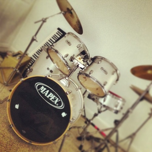 #blackandwhite #drums #drumkit #keyboard #piano #guitar #instrument #music #drumsticks #drumset #snare #bass #symbol #room #grey #silver #sparkly #girl #girly #amp