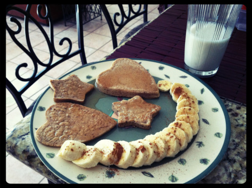 Made oat pancakes for breakfast this morning, and made them heart and star shaped to sass things up a bit;) Made them with 1/2 cup oat flour, 1 egg, 1/2 cup almond milk & cinnamon. Then topped then with earth balance 'butter' and agave syrup:) Hellz yeah 😘👌 then sliced banana with cinnamon.
