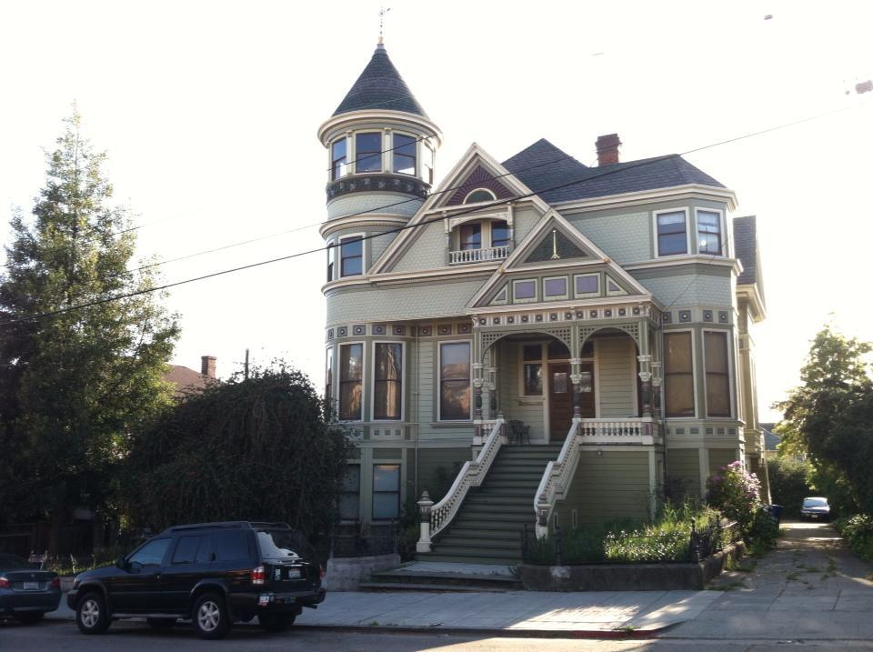 vintagebayareahomes:  Classy Victorian. Berkeley, CA. Photo credit goes to alliqlovesyou.tumblr.com