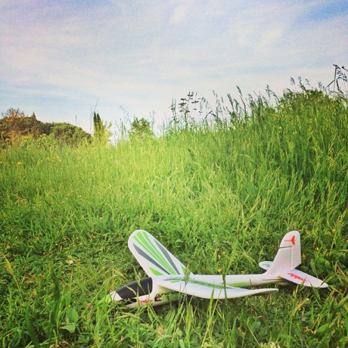 Having some fun and relax time with my small r/c plane. :) —- #model #rc #radiocontrol #plane #airplane #robbe #nature #green #relax #sunday #sunny (presso Monte Della Croce)