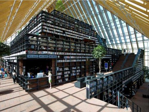 De Boekenberg (The Book Mountain) is a recently opened public library in Spijkenisse, The Netherlands. It's name is derived from the piramid-like architecture resembling a mountain of books.