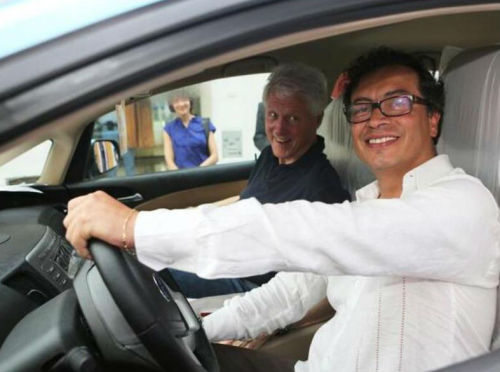 paisalandia-medellin-colombia:  Bogota Mayor Gustavo Petro drives former U.S. President Bill Clinton through the streets of Colombia.