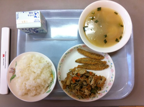 Today's school lunch: rice, sesame-battered fried smelts, tteok and smoked ham soup, and daikon, tofu, and hijiki stir-fry.