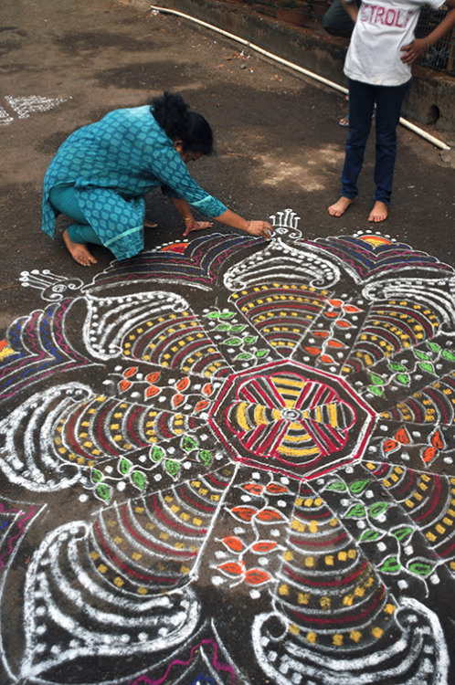 panoptic:  Kolam (via Yesterday Was Dramatic, Today is OK) Kolam is a rangoli traditionally composed of geometric lines and shapes, drawn around a grid pattern of dots. It is drawn by south Indian women with rice or chalk powder in front of their homes.