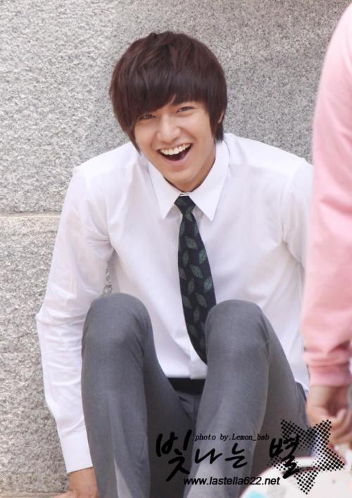 krissklearlylovesall:  Lee Min Ho in a dress shirt and tie…  lol I hardly ever see him in such regular clothes SO down to earth