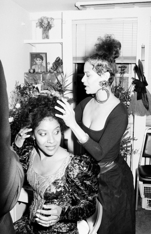 thesmithian:  whisperscream:  Sista Love. Debbie & Phylicia.  [look of the hour]