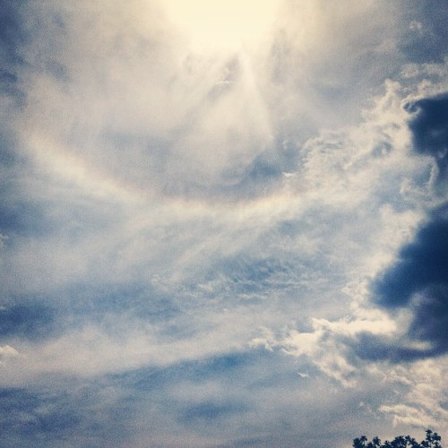 wow.. don't think I've ever seen a rainbow go around the sun #imonplanetearth