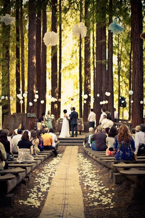 boquetsandbliss:  Gorgeous outdoor ceremony. It's so quaint.