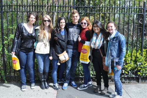 tennantsinthetardis:  MY FRIENDS AND I MET DYLAN SPROUSE AKA THE BETTER TWIN (I'm the second one from the right)