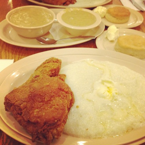 Nom nom nom ! Chicken and grits ! #latepost #chicken #fried #sirmichAel #couldntresist #food #foodporn #yummy #delicious #roscoes  (at Roscoe's House of Chicken and Waffles)