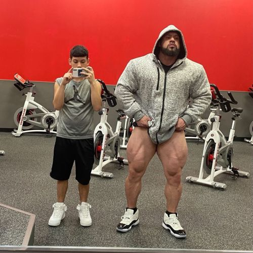 perfectmusclemen:  wolfysqueeze:  His quads are as big as the scrawny dude's waist! Fuck what I'd give to try out that bodyscissor of his!   Please repost and follow: https://perfect musclemen.tumblr.com/ 🖤   Perspective on how huge these men are