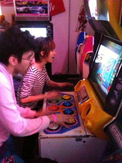 Dude put a bunch of credits on the Pop'n machine so we've just been playing free Pop'n battle mode for a while~*