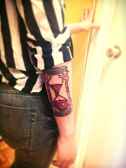 fuckyeahtattoos:  The Hour Glass from the Wizard of Oz.  one of my favorite movies.  Time eventually runs out, deary.  Done by Hector.  Born4Ink Bronx, NY
