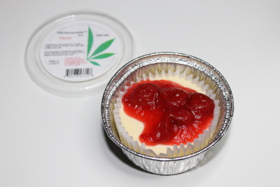larnbey:  purloiner:  Cannabis cheesecake by THCafe. Contains half a gram of bubble hash in crust.  please