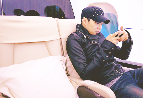 yoochuns:  le chunface on a private jet to China for some tangyuan