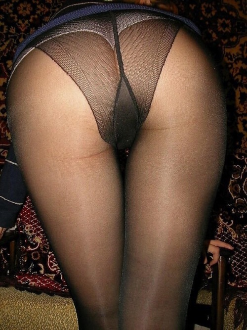 lovecollant:Pas de culotte avec un si beau cul et un collant pareil.