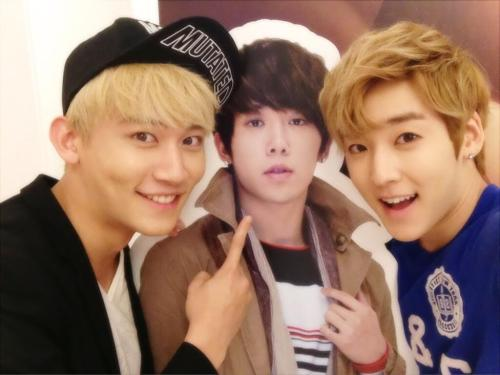 "u-kissheart:  ""Watching Hoon's musical~^^"" CR:Kevinwoo91"