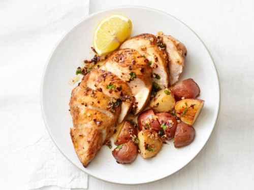 lowcaloriemolly:  everybody-loves-to-eat:      garlic chicken and potatoes