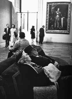 A coupe at the Louvre, 1950. Photographed by Alfred Eisenstaedt.