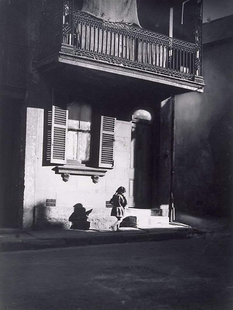 Harold Cazneaux (New Zealand, Australia 1878–1953) Title Surry Hills, child under veranda Year1914