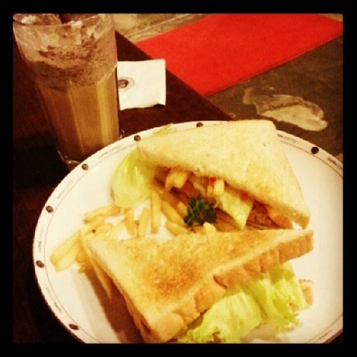 Asupan perbaikan gizi hari ini, #tuna #sandwich and #cookie monster. #food #foodporn #coffee with mom and sissy (at Cuppa Coffee Inc)