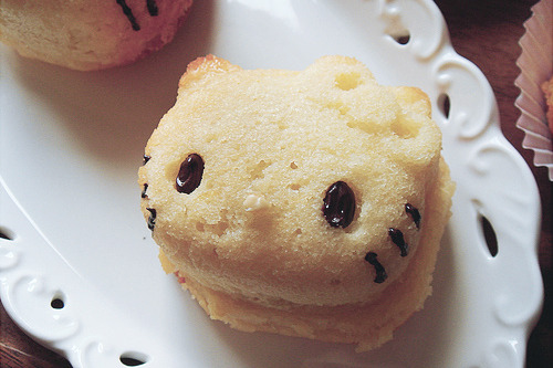 cinnahearts:  Hello Kitty Cupcake: with bow (by ComeUndone)