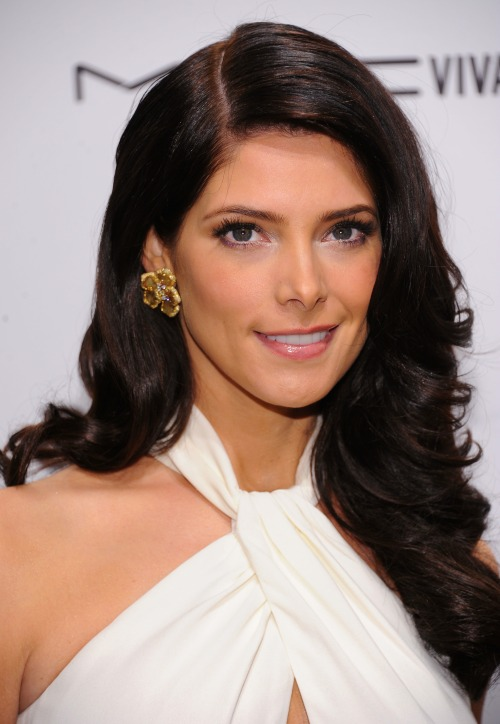 Recreate Ashley Greene's big barrel curls with the perfect combination of the right products with the proper tools. Get her hairstylist's tips here »