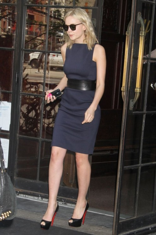 キャリーちゃんに見えなかった suicideblonde:  Carey Mulligan leaving her hotel in NYC, May 2nd